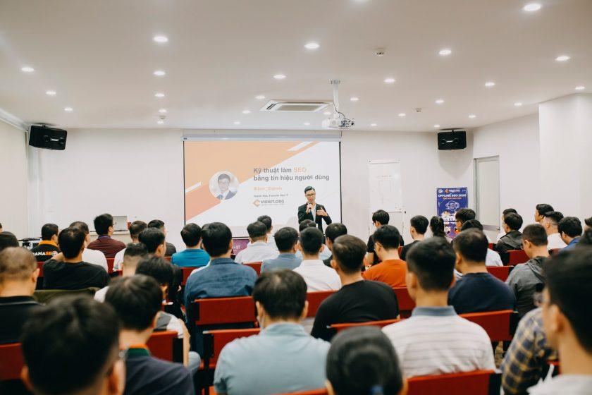 Hòa Huỳnh CEO Viện IT - thường xuyên giao lưu và chia sẻ kiến thức SEO